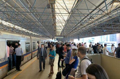 Metrô parado devido à trilhos quebrados entre as estações Shopping e Asa Sul