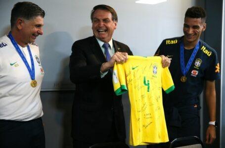 Bolsonaro almoça com seleção do Brasil sub-17, tetracampeã de futebol