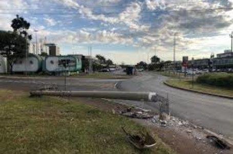 Adolescente bate carro, derruba poste e causa apagão no Sudoeste
