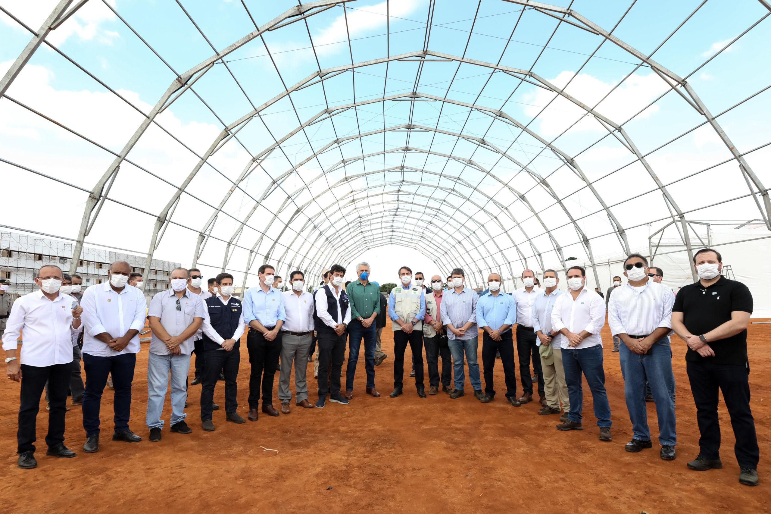 Bolsonaro visita obras de hospital de campanha em Goiás