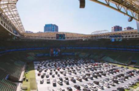 Diversão em tempos de covid-19: teatro infantil em estádio cheio de carros