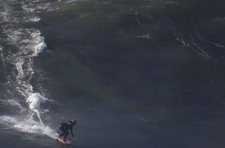 Brasileiros concorrem a prêmios de ondas gigantes