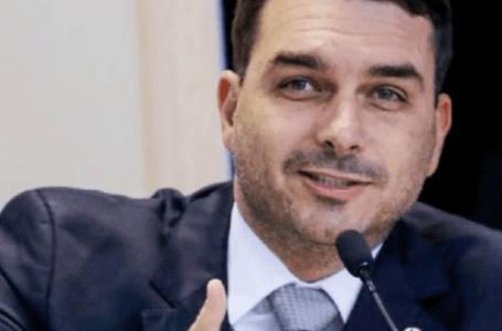 """R$ 30 mil em espécie era """"coisinha guardada em casa"""", diz Flávio Bolsonaro"""