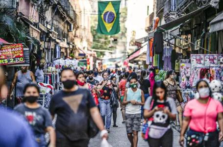 Depois de atingir maior marca desde maio, taxa de contágio cai no Brasil