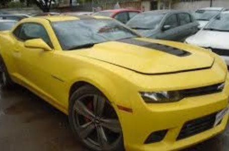 Camaro amarelo e outros 1.398 veículos
