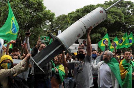 Enquanto Bolsonaro se recusa a tomar vacina, ministério planeja campanha para convencer população