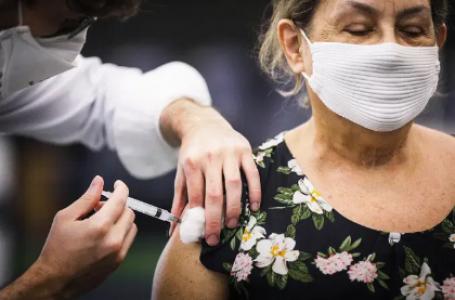 Vacinação reduz transmissão da covid-19 em lares, mostra estudo