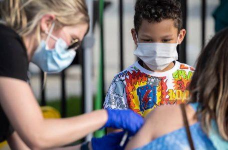 Devemos vacinar crianças? Debate cresce com avanço da imunização