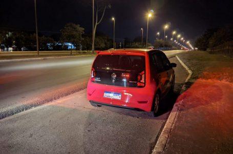 Detran e PMDF flagram cinco veículos disputando racha