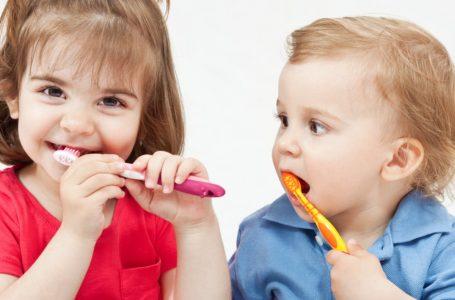 Como ensinar para seu filho a importância de escovar os dentes?