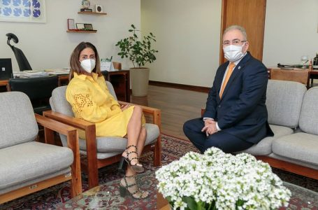 Flávia Arruda pede a Queiroga mais vacinas para conter a Delta no DF
