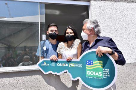 Caiado entrega moradias em Valparaíso e computadores para estudantes da rede estadual de ensino