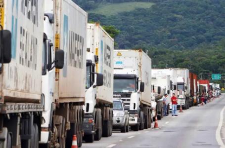 Frente Parlamentar dos Caminhoneiros notifica governo sobre greve Categoria promete interromper suas atividades caso as reivindicações da categoria não sejam atendidas pelo governo