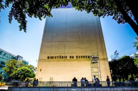 Para bancar Auxílio Brasil de R$ 400, Economia prevê R$ 30 bi fora do teto